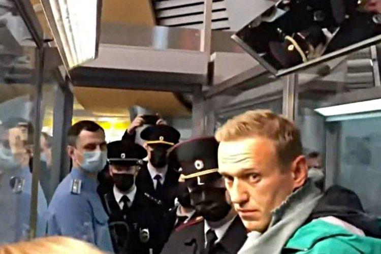 Кому нужен спектакль с Навальным в роли оппозиционера-мученика?