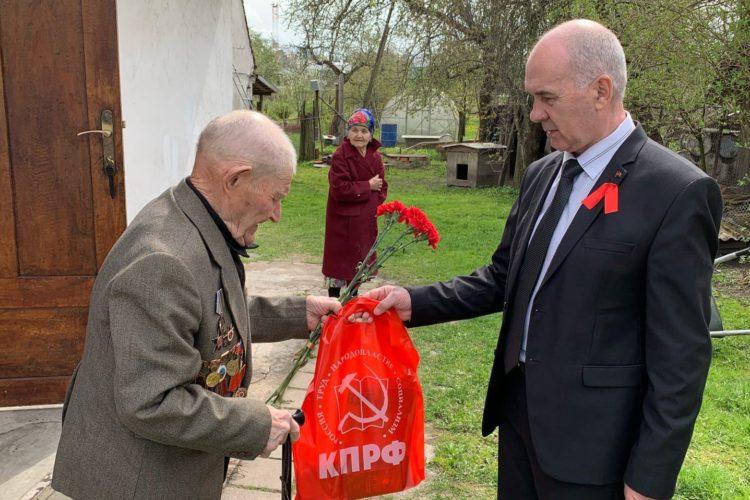 Черняховские коммунисты поздравили ветеранов